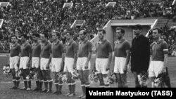 Сборная СССР по футболу в 1960 году. Анатолий Крутиков — четвёртый справа