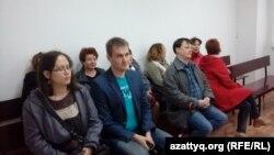 Журналист Александр Барановтың сотына келген азаматтар. Павлодар, 11 мамыр 2016 жыл.