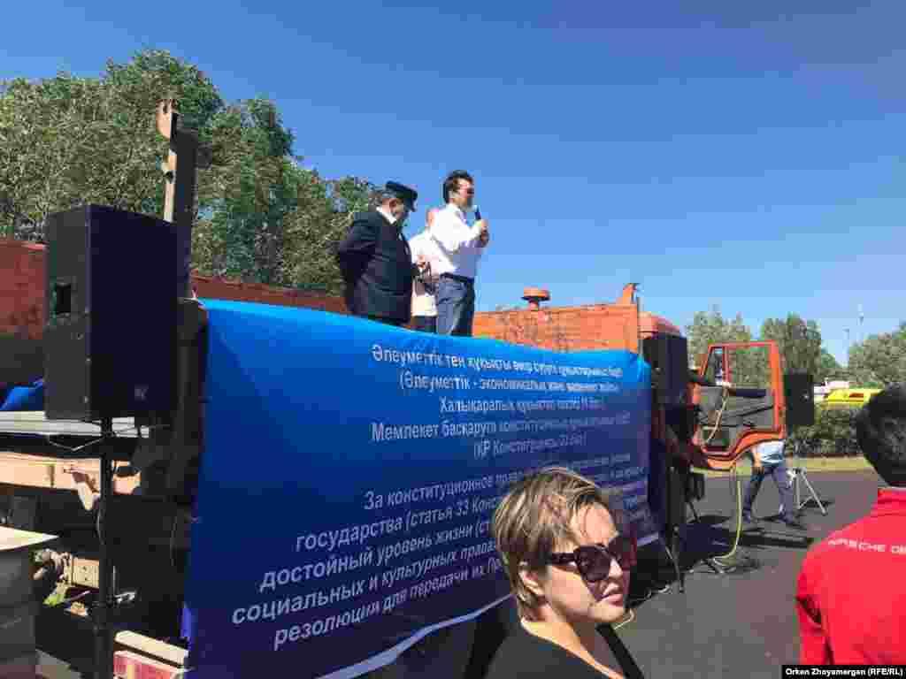 Дәл осы күні Нұр-Сұлтанда да билік рұқсат еткен митинг өтті. Бірақ ол Алматыдағы шарадан бір сағат кеш басталды. Оны билікшіл белсенділер ұйымдастырды. Нұр-Сұлтан, 30 маусым 2019 жыл.