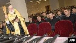 Православный священник благословляет новое оружие Калашникова в Ставрополе. 29 января 2008 года.