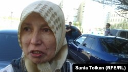 Гульмира Ыхыласова, жена Ыбырая Адира, осужденного по обвинению в терроризме. Атырау, 29 апреля 2013 года.