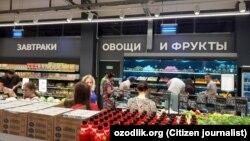 Тошкентдаги супермаркетдаги ёзувлар рус тилида.