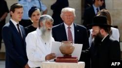 Джаред Кушнер, Иванка Трамп, Дональд Трамп и Мелания Трамп слушают раввина Шмуэля Рабиновича (справа) во время посещения Старого города Иерусалима