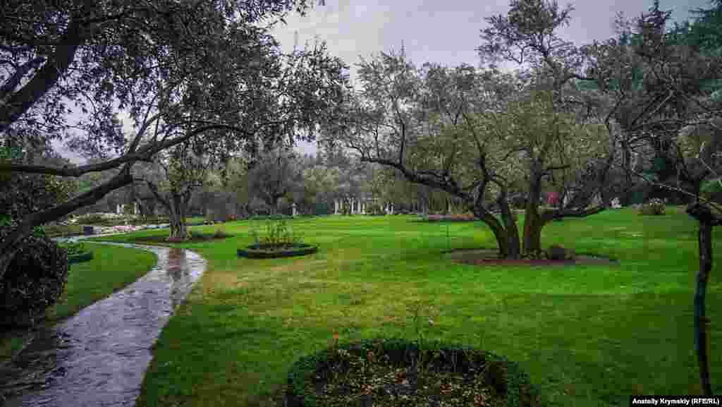 Надбання парку – гай маслини європейської, яка відома з XVII століття. Досі тут щорічно збирають близько двох тонн товарних плодів