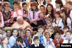 Другий президент України Леонід Кучма разом із дітьми під час зустрічі папи Римського Івана Павла Другого. Київ, 23 червня 2001 року