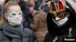 Իտալիա - Վենետիկի դիմակահանդեսի մասնակիցները պաշտպանիչ դիմակներով են, 23-ը փետրվարի, 2020թ.