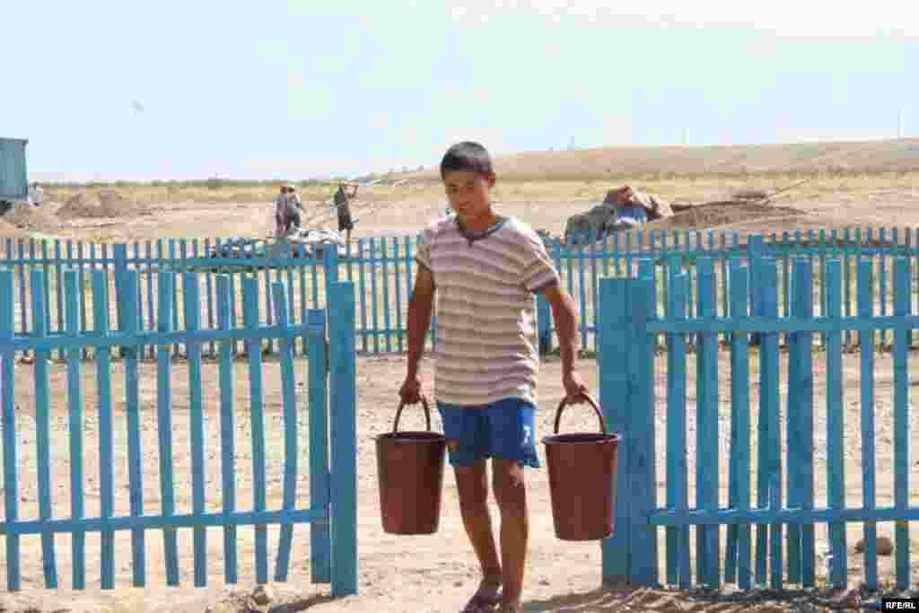 Мальчик несет воду. Микрорайон Саялы, 11 июля 2009 года.
