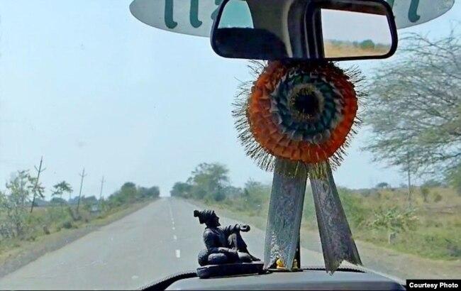 на пустой дороге в Индии