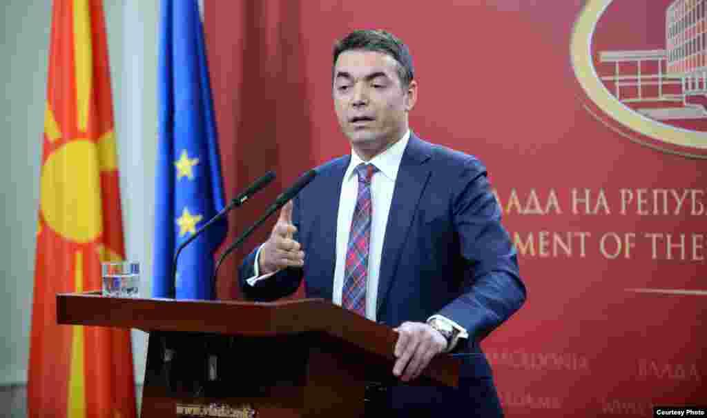 МАКЕДОНИЈА - Министерот за надворешни работи Никола Димитров на поединечни средби ги информирал претставниците на државниот врв и на политичките партии за текот на разговорите за името.