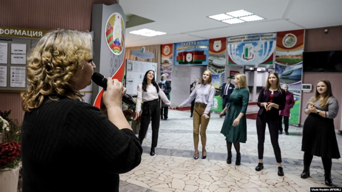 Мешок зерна и консультация стоматолога. Чем заманивали на парламентские выборы в Беларуси