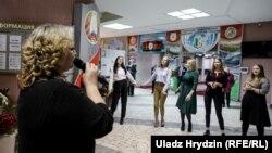 Музика на дільниці, де голосував Олександр Лукашенко. 17 листопада 2019 року