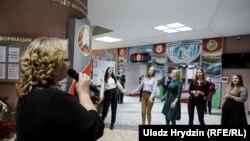 Буфет і концерт на виборчій дільниці, де голосував Олександр Лукашенко, 17 листопада 2019 року