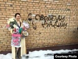 Анастасія Зотава каля сьледчага ізалятара ў дзень шлюбу.