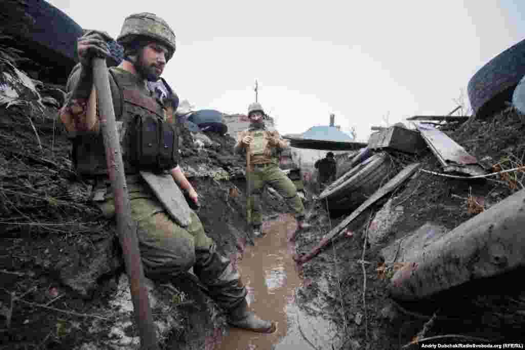 Поки ще не замерзла земля, вояки інтенсивно копають окопи та тунелі. Наразі тут – дійсно«окопна війна». Сили закопуються все глибше у землю: як і українські силовики, так і проросійські бойовики