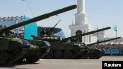 Отан қорғаушылар күні Астанадағы парадқа қатысқан әскери техника. 7 мамыр 2014 жыл.