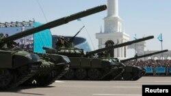 Военная техника на параде в День защитника Отечества в Астане. 7 мая 2014 года.