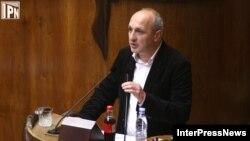 Мерабишвили часть вопросов отбросил сразу, не считая нужным отвечать на вопросы «общего» характера, и рассказал об успехах МВД за последнее время