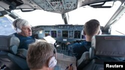 """Пилотот на авионот Александар Јаблонштсев фотографиран во """"кокпитот"""" со членовите на рускиот екипаж пред полетување на 8 мај"""