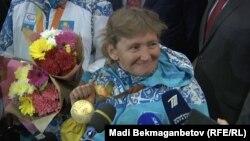 Золотой призёр Паралимпийских игр в Рио-де-Жанейро пловчиха Зульфия Габидуллина. Астана, 22 сентября 2016 года.