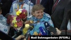 Казахстанская пловчиха Зульфия Габидуллина, завоевавшая золотую медаль на Паралимпийских играх в Рио-де-Жанейро, в аэропорту Астаны после прибытия. 22 сентября 2016 года.