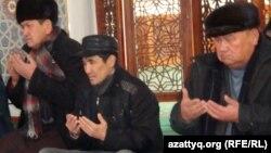 Мужчины-мусульмане молятся в мечети. Илююстративное фото.