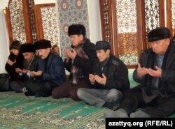 В мечети в Атырау читают молитву в память о погибших в событиях в Мангистауской области. 26 января 2012 года.