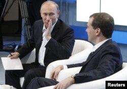 Rusiyanın Baş naziri Vladimir Putin (solda) və prezident Dmitry Medvedev.