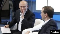 Vladimir Putin və Dmitri Medvedev, 1 dekabr 2011