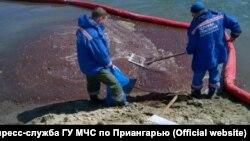 Разлив нефтепродуктов в реке Ангара в Усолье-Сибирском