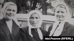 У Риммы Лесниковой (в центре) в пожаре погибли все четверо детей