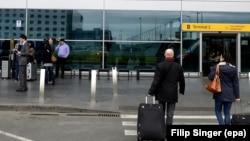 Люди у аэропорта. Иллюстративное фото.