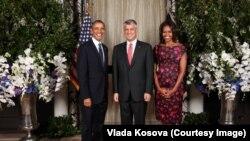 Hashim Thaçi (në mes) së bashku me presidentin Obama dhe Zonjën e Parë Michelle Obama