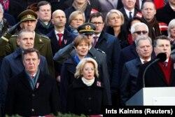 (У першым шэрагу зьлева направа) Латвійскія прэм'ер-міністар Марыс Кучынскіс, старшыня парлямэнту Інара Муйжніецэ і прэзыдэнт Раймандс Вэюаніс; прэзыдэнт Ісьляндыі Гудні Торлясыюс Ёўганэсан (у другім шэрагу зьлева направа), прэзыдэнт Эстоніі Керсьці Кальюлайд і прэзыдэнт Фінляндыі Саўлі Нійністэ