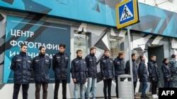 """Люди в полувоенной форме из движения """"Офицеры России"""" блокируют вход на выставку Стёрджеса. Москва, 25 сентября 2016 года."""
