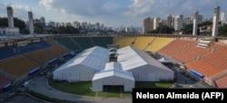 Стадион Пакаэмбу в Сан-Паулу, переоборудованный под полевой госпиталь для больных COVID-19. Май 2020 года