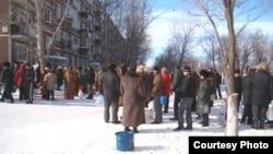 Степногорск тұрғындары судың кезегінде тұр.