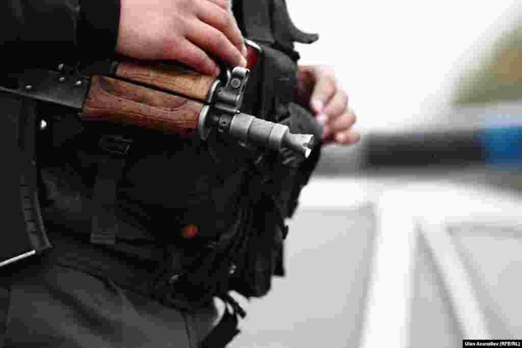 МВД просит граждан быть более бдительными и сообщать в ближайший отдел милиции информацию, которая может помочь в поимке преступников.