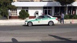 """Aşgabadyň polisiýasy köpçülige """"şortyly"""" barýan adamlara jerime salyp başlady"""