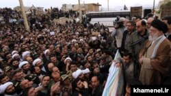 Иранның рухани басшысы Әли Хаменеидің қараша айындағы зілзаладан кейін зардап шеккен адамдармен кездесіп тұрған сәті. Иран. Керманшах провинциясы.