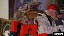 Құтқарушылар Ван аймағындағы зілзаладан жараланғандарды үйінді астынан шығарып жатыр. 24 қазан. 2011