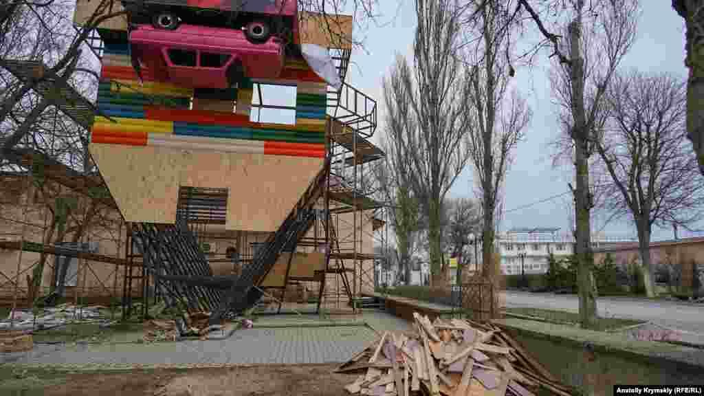Незаконно побудований атракціон «Дім догори дриґом» так і не встигли повністю демонтувати до новорічних свят