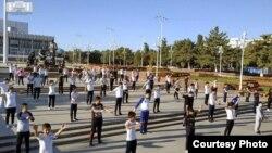 Массовые занятия утренней гимнастикой в Ташкенте. Фото пресс-службы хокимията города Ташкента.