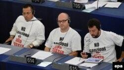 "Маттео Сальвини (справа) и его коллеги на сессии Европарламента – в футболках с надписью ""Нет санкциям против России"""