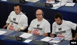 """Маттео Сальвини (справа) и его коллеги в Европарламенте в футболках с надписью """"Нет санкциям против России"""""""