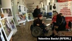 """Tineri cu nevoi speciale la lansarea expoziţiei de fotografii """"Oameni care inspiră"""", 3 decembrie, 2018"""