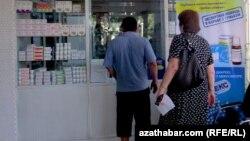 Люди в аптеке. Иллюстративное фото.