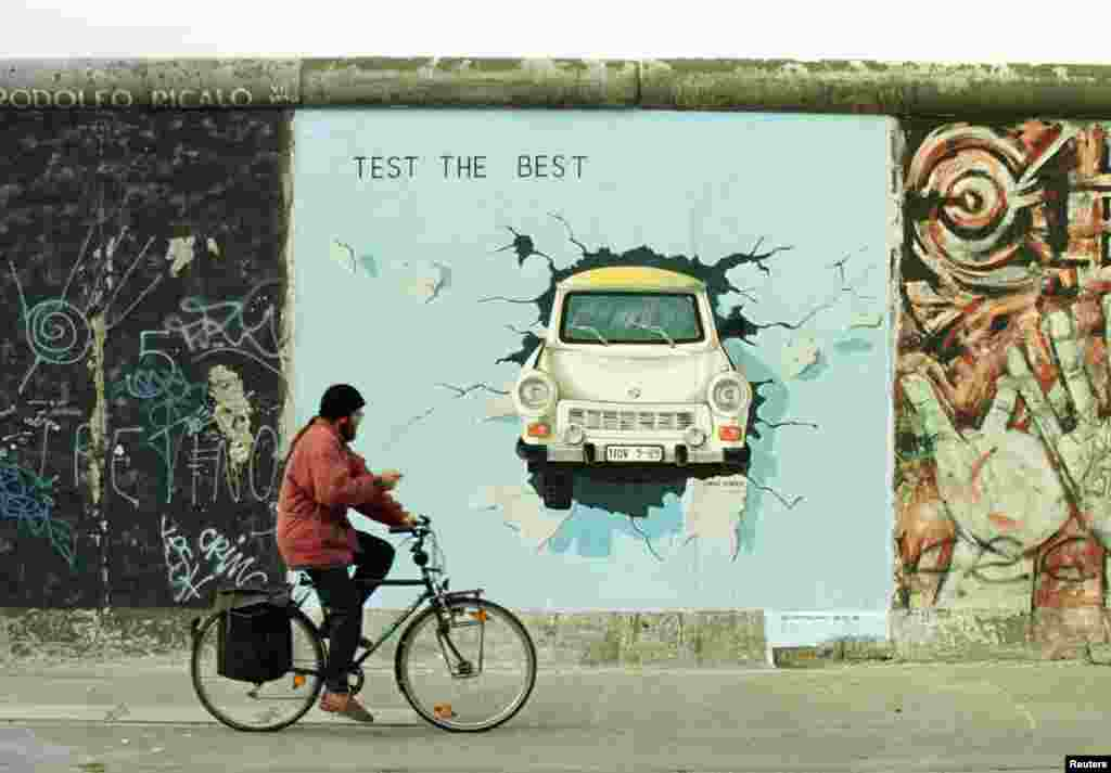 """Знаменитая картина Берлинской стены """"Автомобиль Trabant"""" была восстановлен на крупнейшей части стены. 13 сентября 2013"""