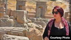 Женщина с непокрытой головой позирует на фоне развалин Персеполя. Фото со страницы «Тайные свободы иранских женщин» в Facebook.