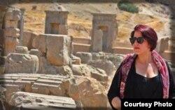 Ежелгі Персеполис қаласының орнында суретке түскен ирандық әйел.