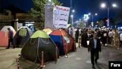 فرمانداری تهران، تحصن مقابل مجلس شورای اسلامی را «غیرقانونی» خوانده است.